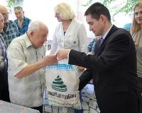 ИнвестКапиталБанк вручил подарки ветеранам ко Дню Победы