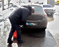 Инспекторы ГИБДД заставляли автолюбителей мыть грязные номера