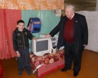 Депутат подарил школьнику компьютер