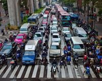Мотоциклистам безопаснее двигаться в междурядье