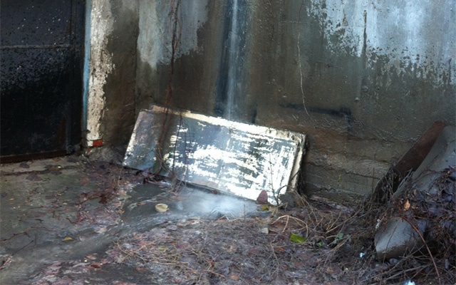 На улице Нансена бьет фонтан из канализации