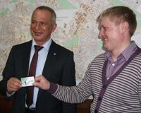 Сбербанк наградил героев, задержавших вооруженного грабителя