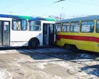 В Дзержинском районе автобус столкнулся с трамваем