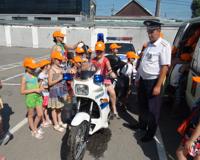 Школьникам Волгограда разрешили посидеть на патрульном мотоцикле