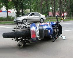 Волгоградского мотоциклиста сбила машина