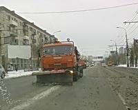 На волгоградских дорогах спецтехника расчищает снег