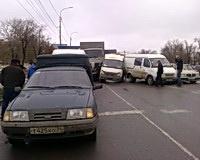 В Волгограде грузовик смял пять автомашин и скорую помощь