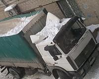 В Волгограде сорвавшаяся с балкона снежная масса повредила грузовик