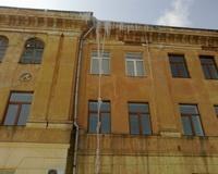 Посетителям Свято-Духова монастыря угрожает многометровая сосулька