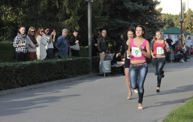 В Волгограде прошел традиционный забег на шпильках