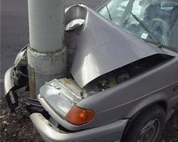 Автоледи на «восьмерке» протаранила фонарный столб