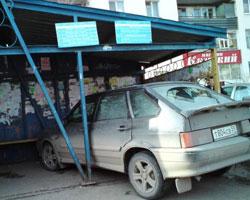 Машина протаранила автобусную остановку