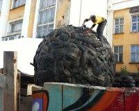 В Перми монтируется новая скульптура – «навозный шар» и жук-скарабей