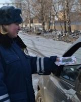 Девушки-инспекторы ДПС подарили пермским водителям ПДД