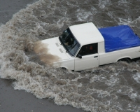 Рядом с ТГУ водители выталкивали попавшие в потоп автомобили