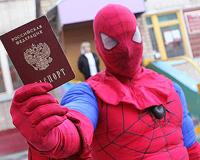 Одним из первых в Челябинске проголосовал человек-паук