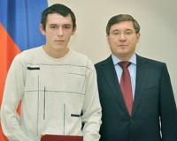 Молодого человека, спасшего жизнь ребенку, наградил губернатор