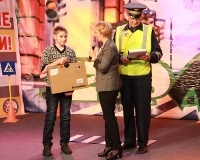 Сбербанк поздравил телепередачу и подарил школьнику ноутбук