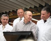 Путин доверил право нажать «кнопку» на «Высоте 239» простому рабочему