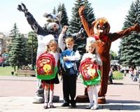 ЧМК подарил первоклассникам школьные ранцы с канцелярией и сладостями