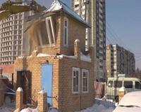 В Челябинске судебные приставы снесли будку на автостоянке