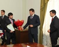 Юревич и Фишер вручили сертификаты на квартиры южноуральским дзюдоистам