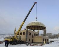 Cтроящуюся в Сатке мечеть покрыли куполом весом восемь тонн