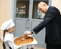 В столовой школы №95 сити-менеджер вспомнил о коржиках и компоте