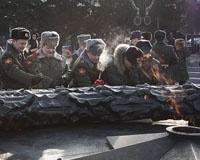 Челябинские офицеры и ветераны возложили цветы к Вечному огню