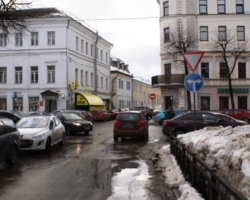 Движение транспорта по улице Максимова в Ярославле стало односторонним