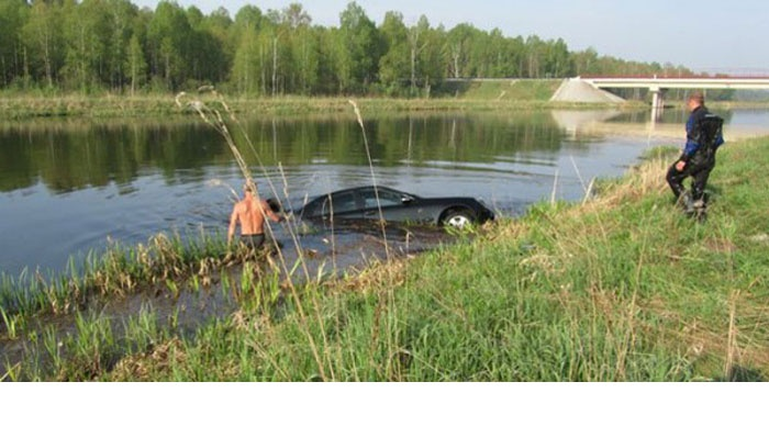 Если женщина въехала в озеро на автомобиле